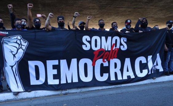[Manifestantes fazem ato contra o fascismo e pró-democracia em São Paulo]
