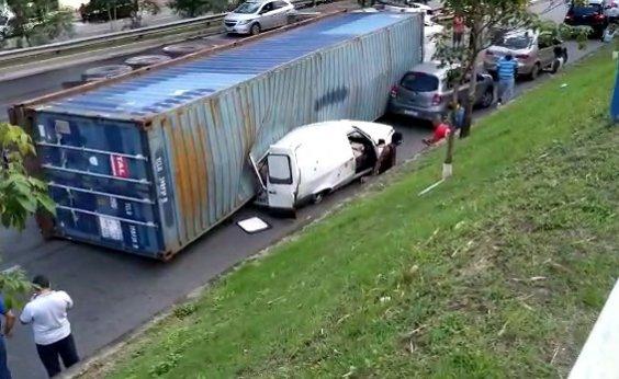 [Carreta tomba na Via Expressa e atinge furgão e carro de passeio; veja vídeo]