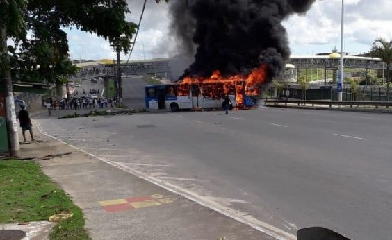 [Manifestantes ateiam fogo em ônibus atravessado na Paralela]