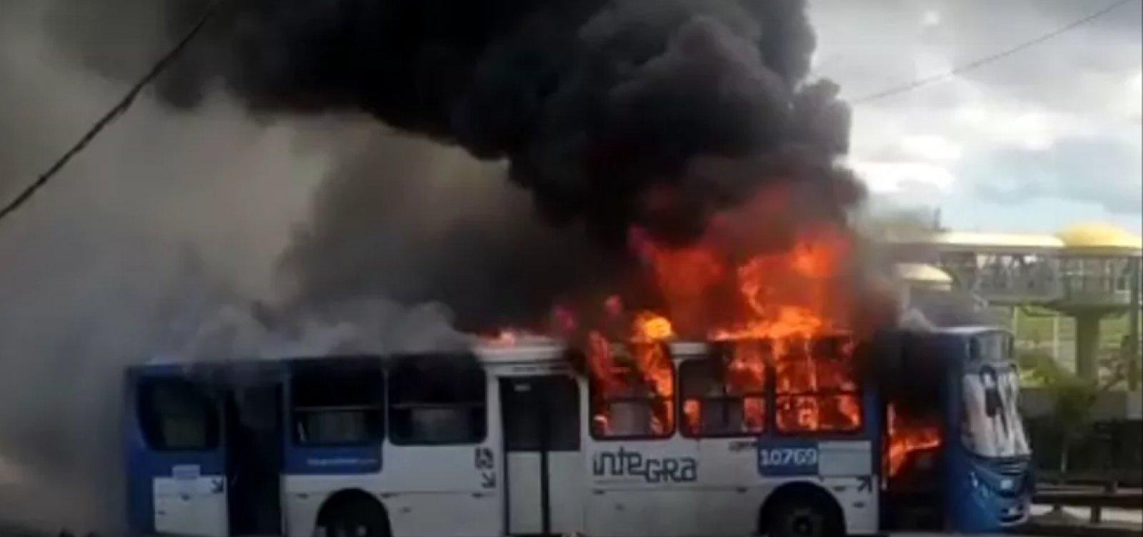 [Ônibus deixam de circular no Bairro da Paz após coletivo ser incendiado em protesto]