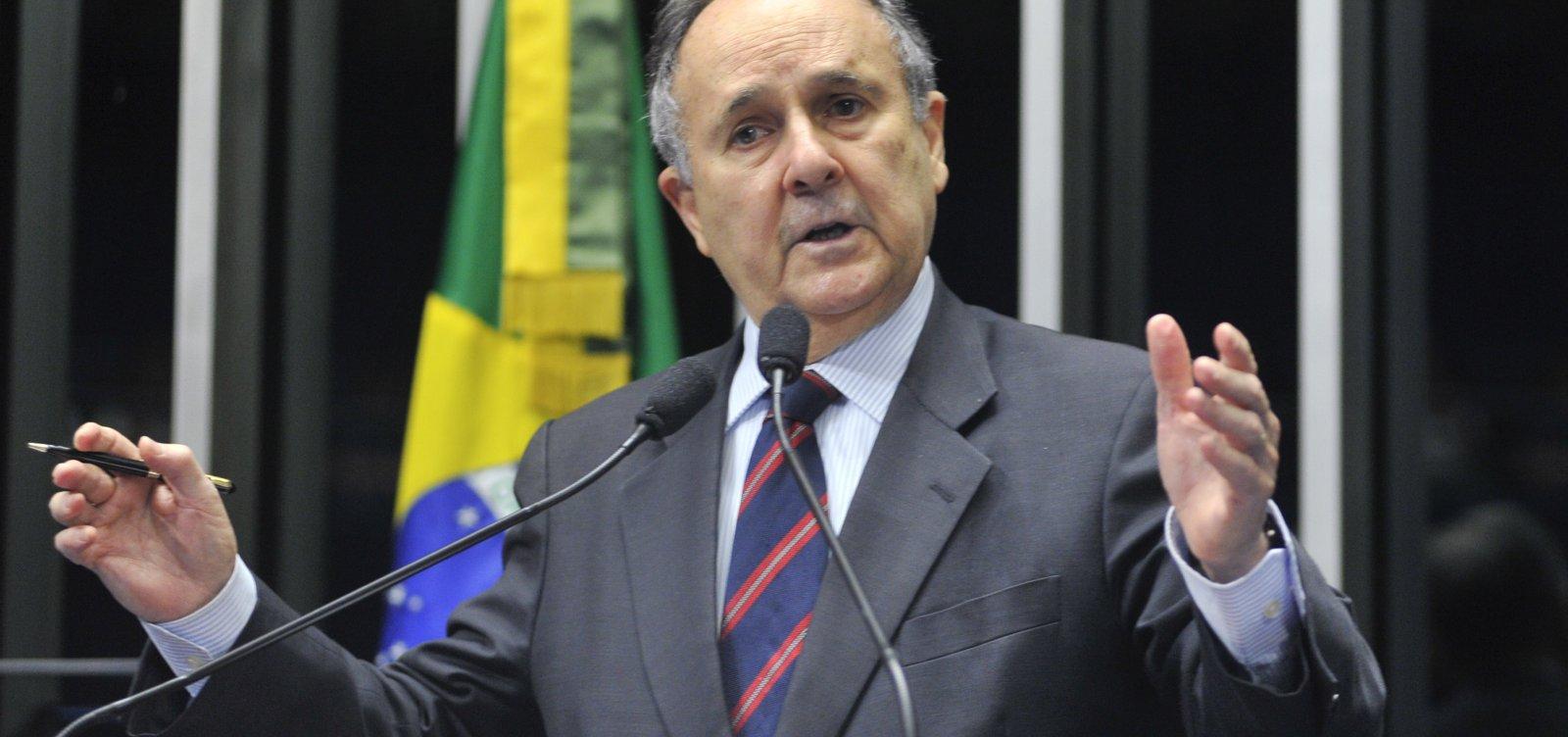 [Cristovam Buarque lista erros dos democratas brasileiros em livro recém-lançado ]