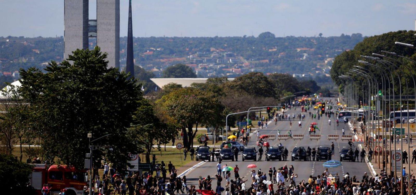 [Grupo protesta contra governo Bolsonaro em Brasília ]
