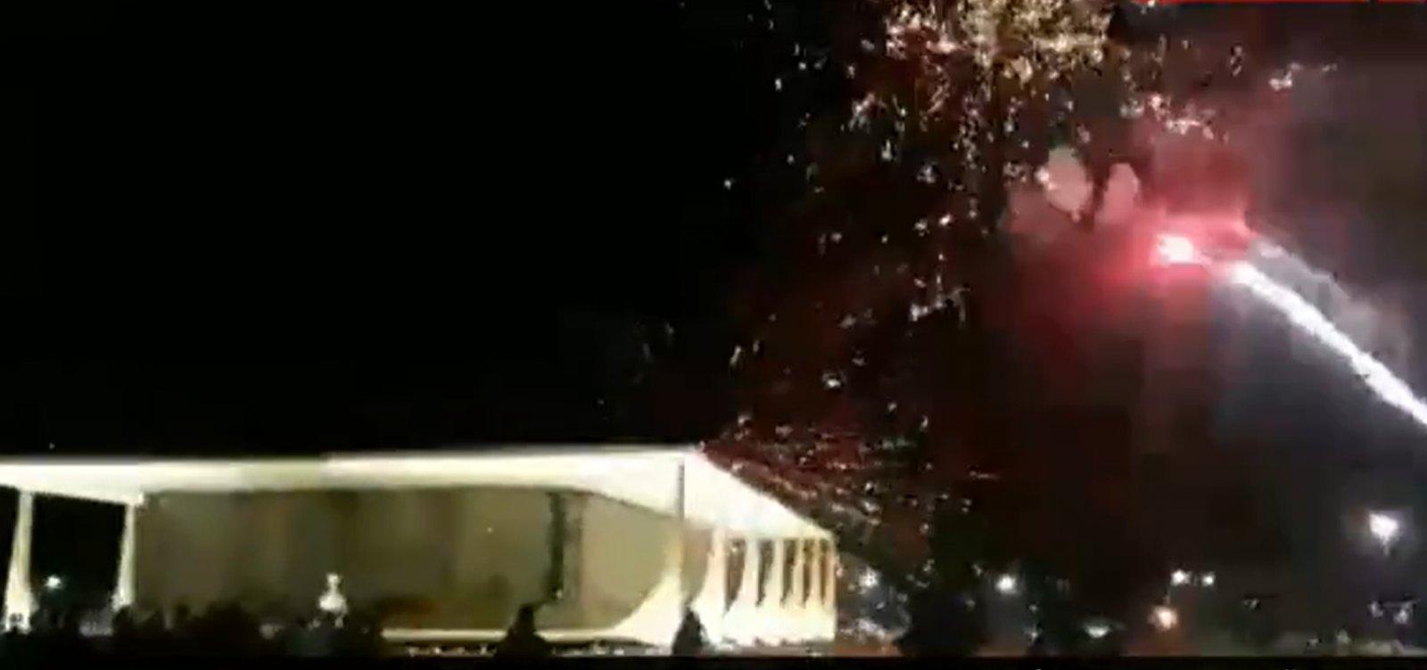 [Apoiadores de Bolsonaro lançam fogos de artifício contra o prédio do STF]