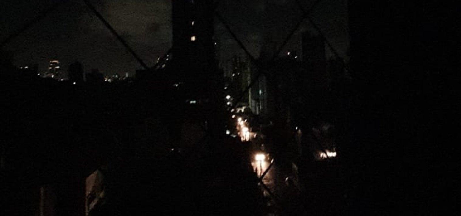 [Soteropolitanos relatam clarão e falta de luz em diversos bairros de Salvador]