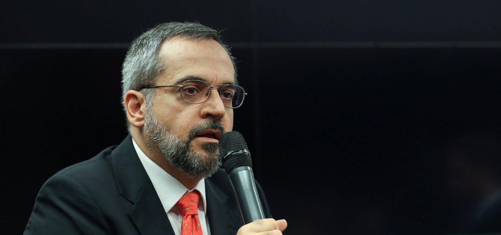 [Bolsonaro aguarda pedido de demissão de Abraham Weintraub]