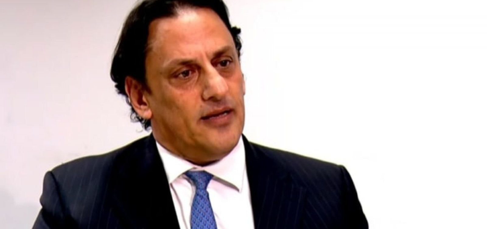 [Wassef se mostra humilhado e com raiva de Bolsonaro e da prisão de Queiroz em seu escritório]