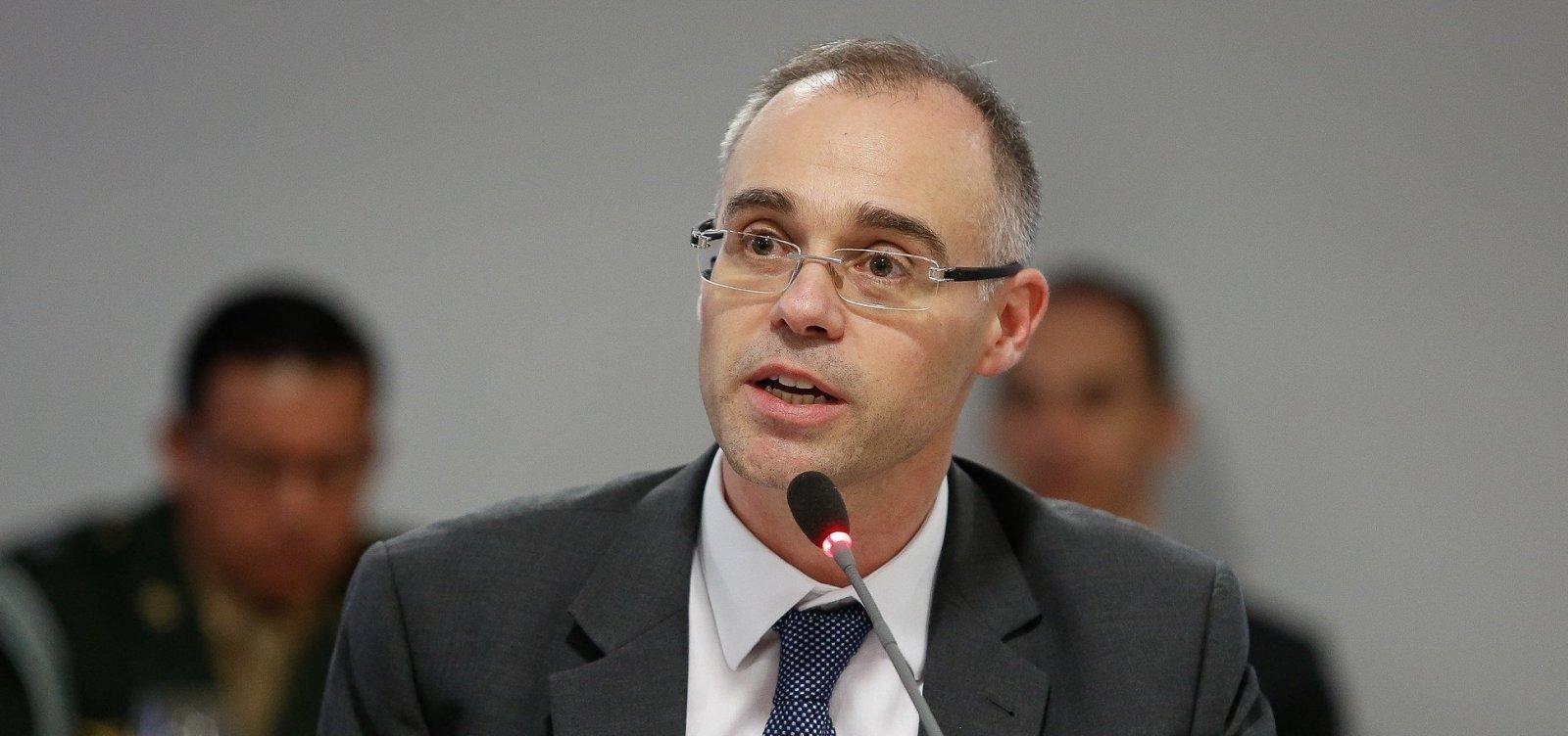 [Ministro da Justiça diz que governo não interfere na PF, mas cobra resultados]