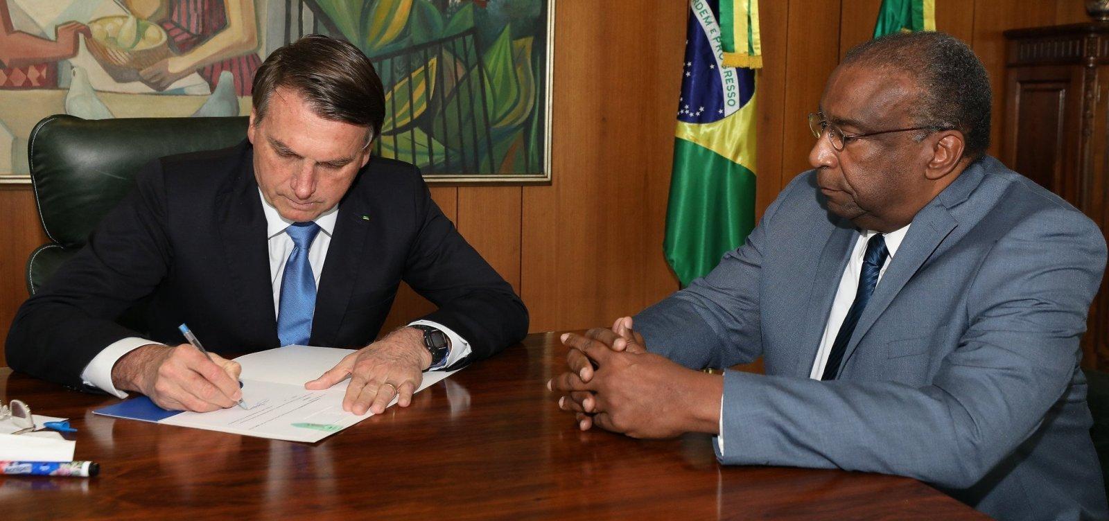 [Bolsonaro quer que Decotelli peça demissão, diz jornal]