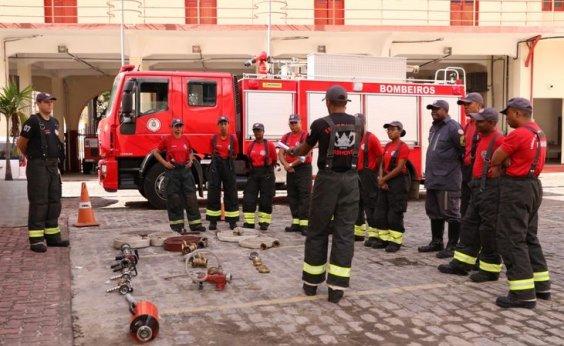[Bombeiros tentam controlar incêndio em apartamento no bairro de Armação]