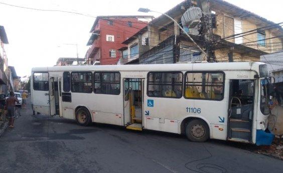 [Ônibus bloqueia trânsito na Ladeira da Fazenda Grande do Retiro após se chocar contra muro]