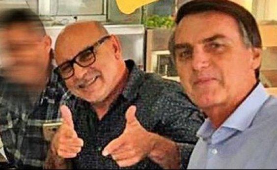 [Polícia encontra caderno de mulher de Queiroz com contatos de Bolsonaro e Flávio]