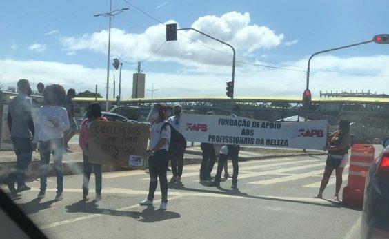 [Manifestantes bloqueiam trânsito na ACM e pedem reabertura de salões de beleza]