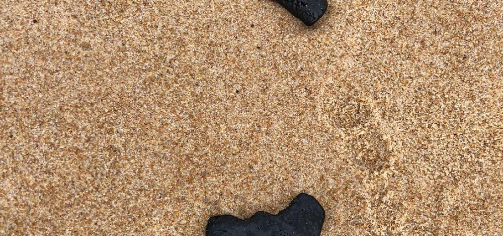 [Manchas de óleo são encontradas em praia de Camaçari]