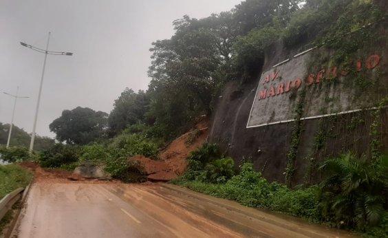 [Após chuvas, deslizamento de terra interdita via que liga Av. Paralela ao Barradão]