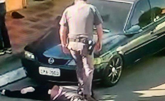 [Em abordagem, policial de São Paulo pisa em pescoço de mulher negra rendida no chão]