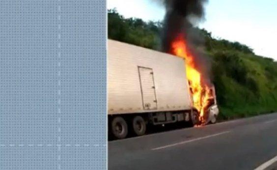 [Três pessoas da mesma família morrem após colisão entre carro e caminhão na BR-101]