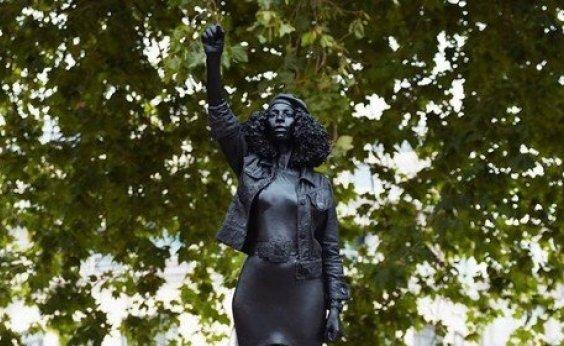 [Estátua de escravocrata é substituída por uma de manifestante negra no Reino Unido]