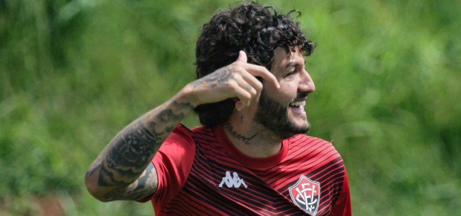 [Meia Fernando Neto renova contrato com o Vitória até final de 2021]
