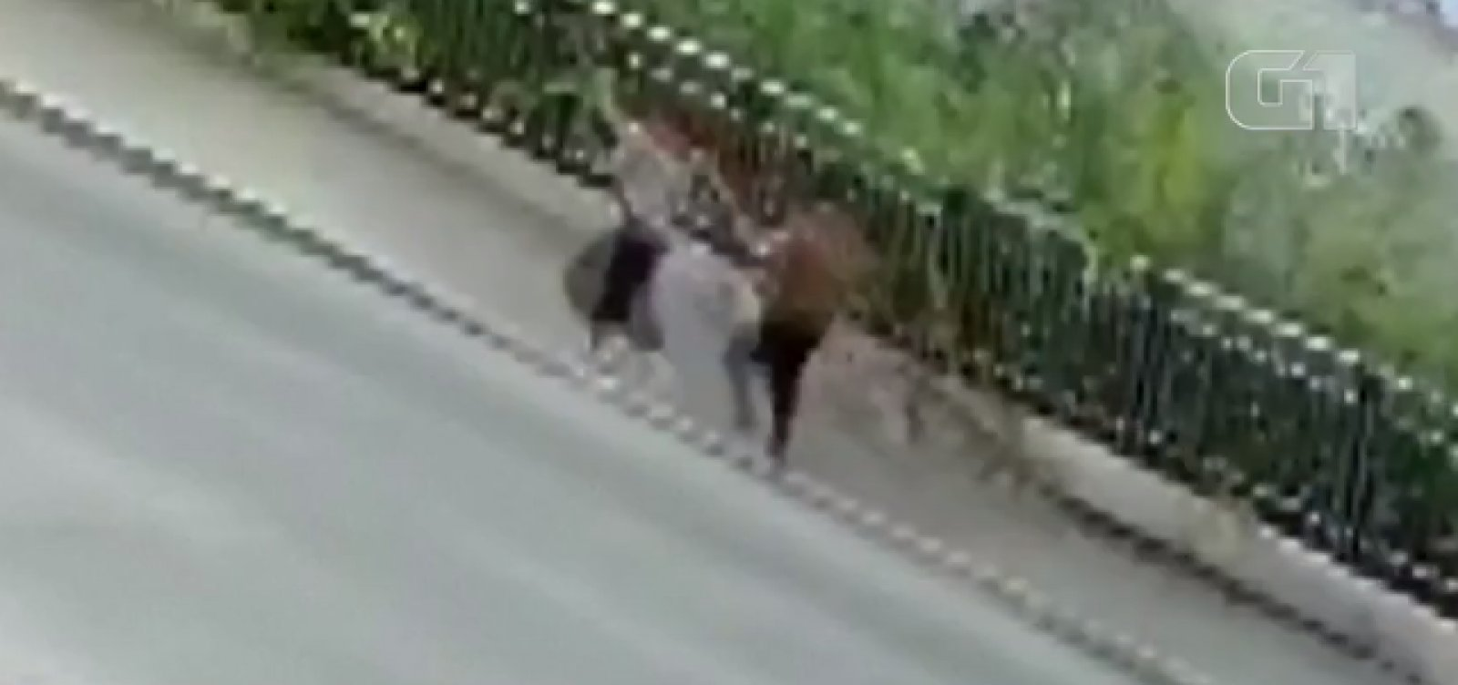 [Calçada desaba e cratera 'engole' dois pedestres na China]