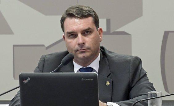 [Flávio Bolsonaro admite que Queiroz pagava suas contas pessoais]