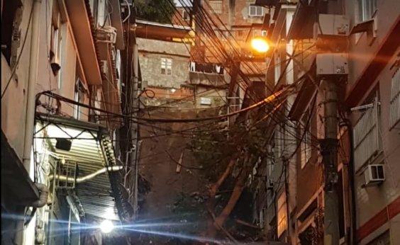 [Deslizamento atinge 12 casas e deixa famílias desalojadas no Rio]