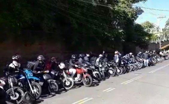[Motoboys protestam em frente a condomínio de morador que fez ofensa racista contra entregador]