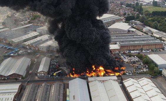 [Incêndio de grandes proporções atinge fábrica em Birmingham, na Inglaterra; veja vídeo]