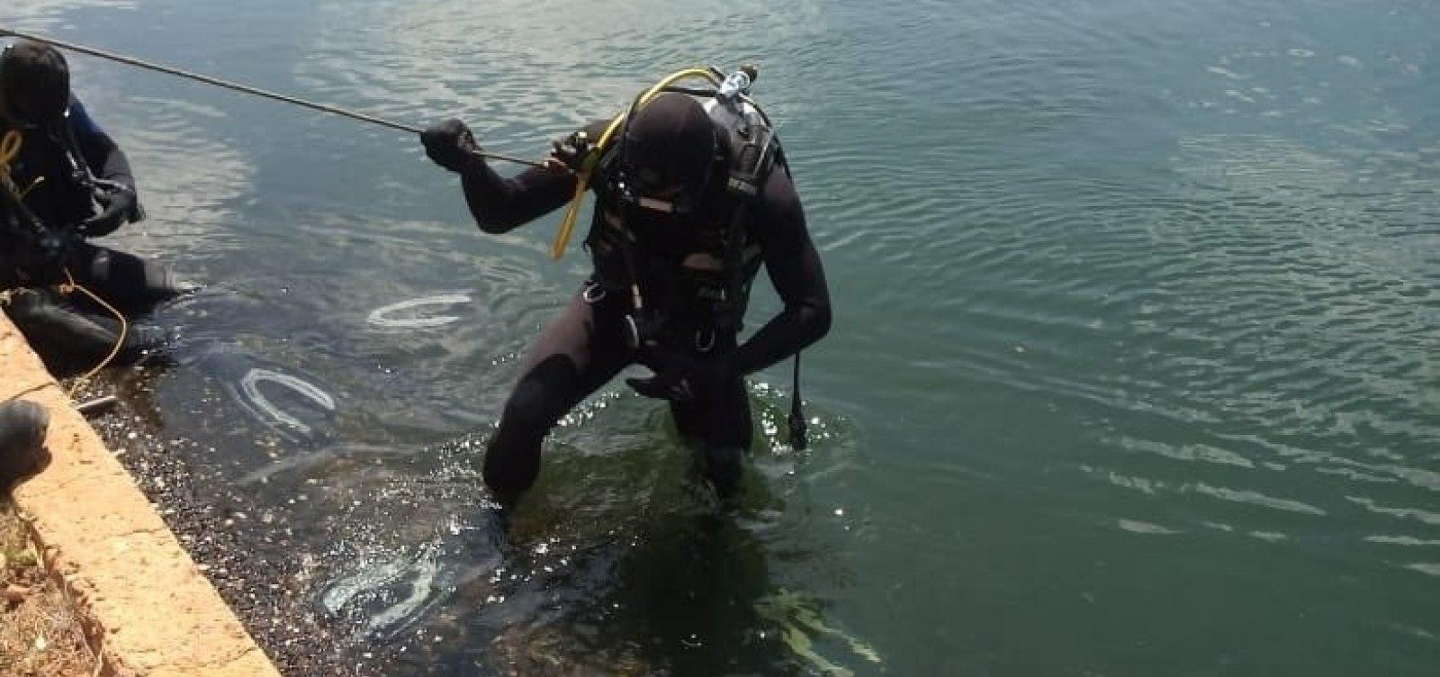 [Bombeiros resgatam dois corpos dentro de carro submerso em Juazeiro]