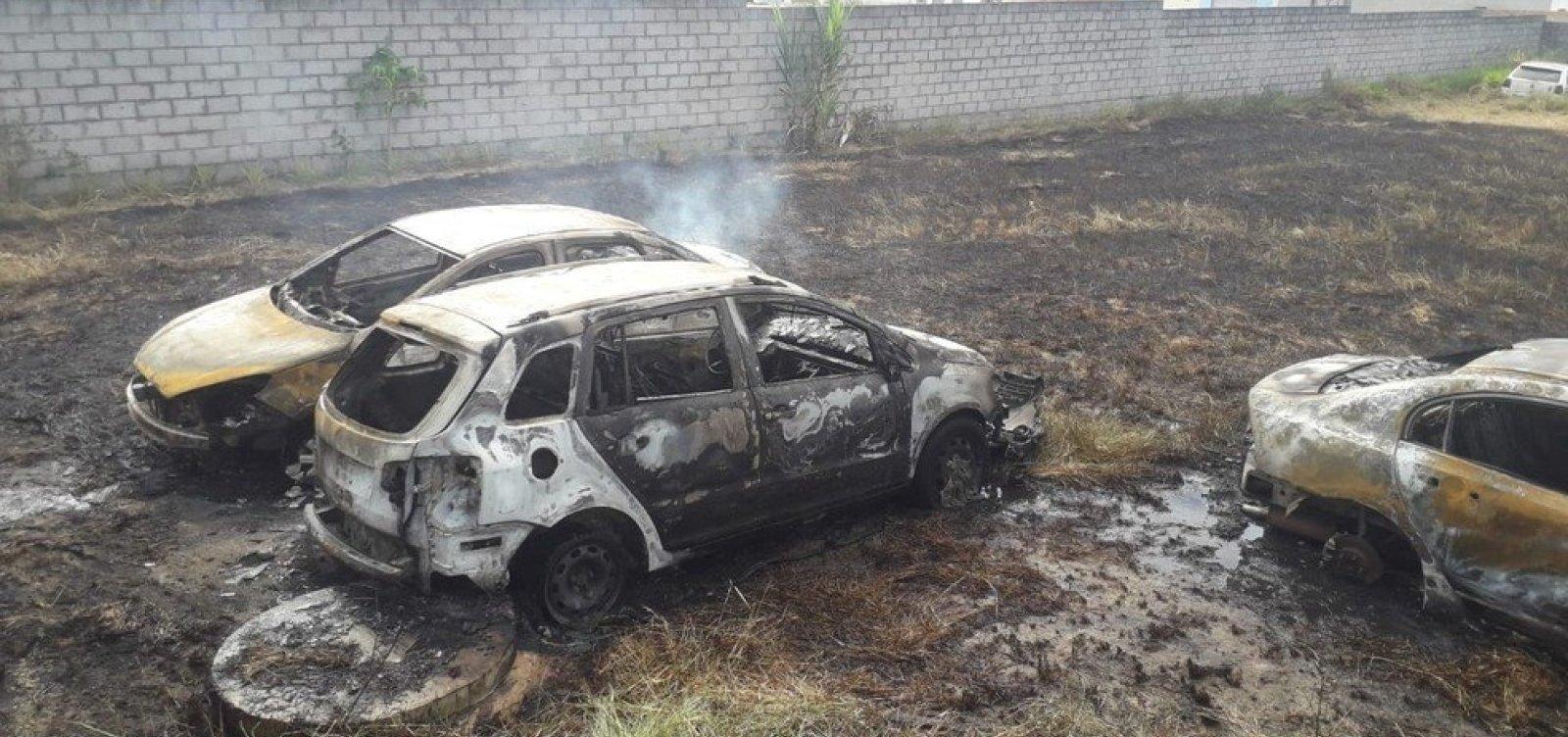 [Carros são destruídos durante incêndio em pátio da Ciretran de Teixeira de Freitas]
