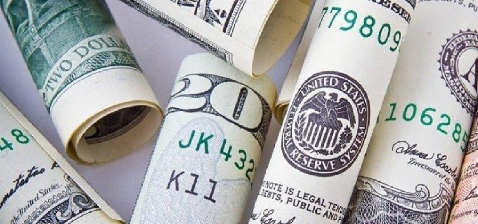 [Dólar vira no fim do pregão e fecha em alta de 0,26% ]