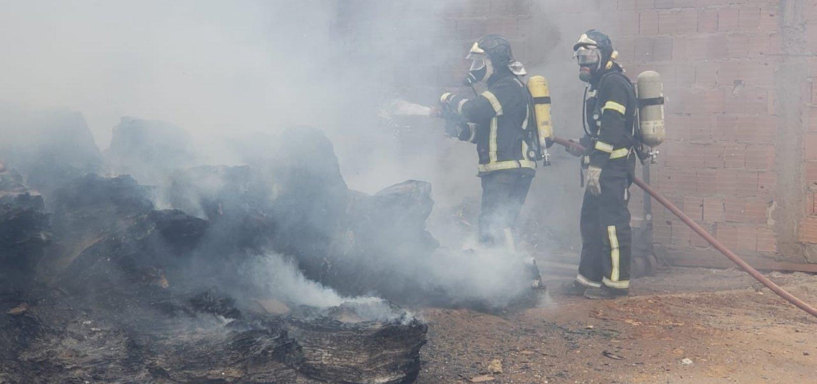[Bombeiros combatem incêndio em depósito de reciclagem em Barreiras]