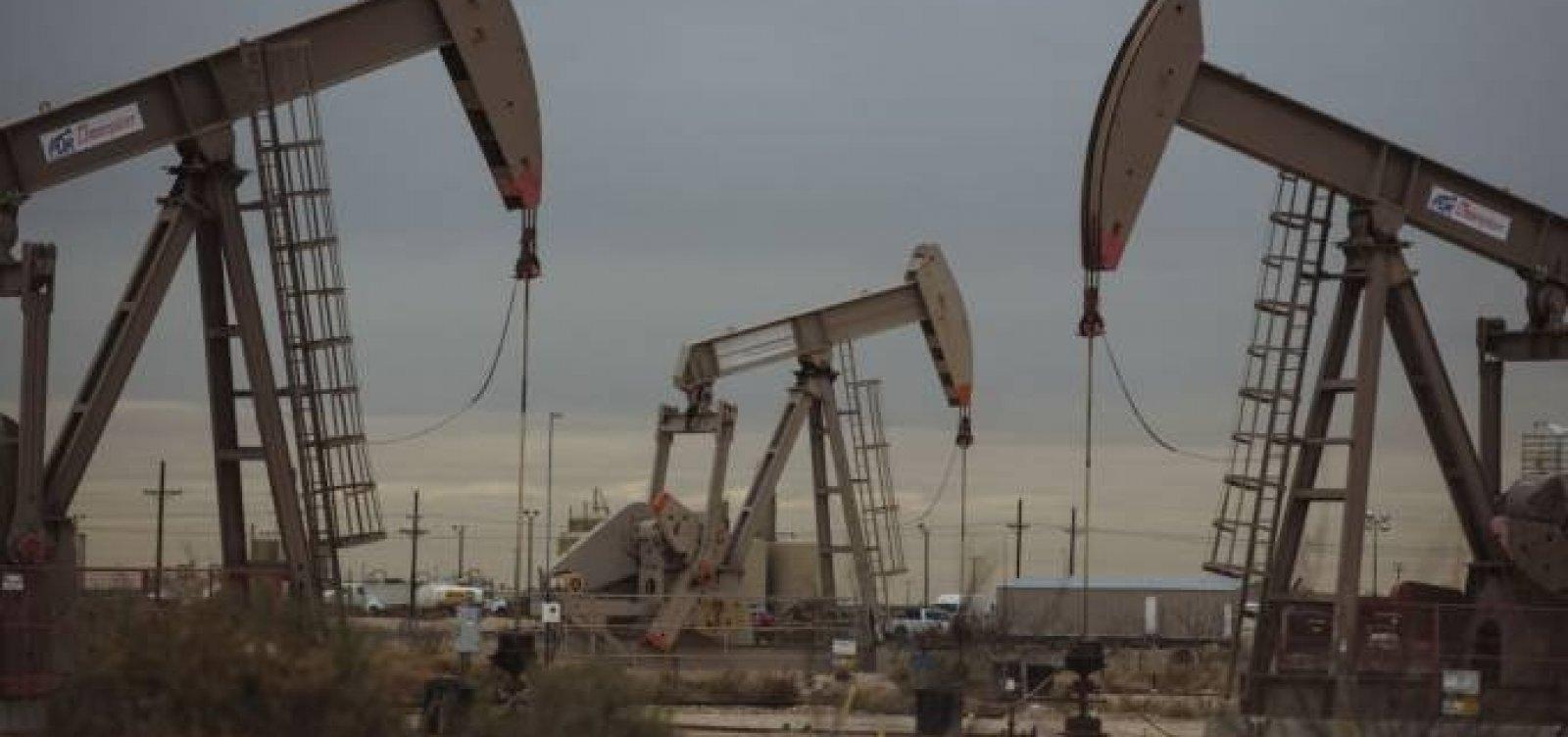 [Preços do petróleo sobem mais de 4% com queda em estoques nos EUA]