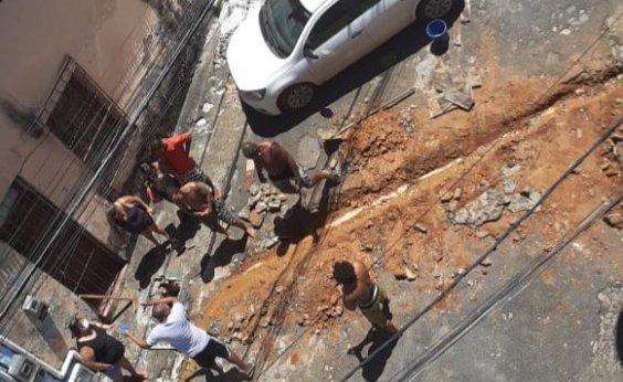 [Você Repórter: morador quebra rua por conta própria para consertar esgoto e vizinhos reclamam no Barbalho]