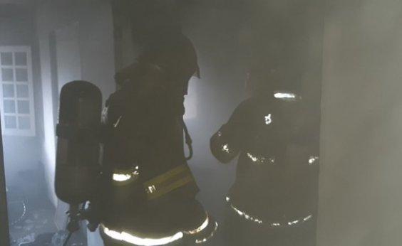 [Bombeiros debelam incêndio em casa no Rio Vermelho; não há vítima]