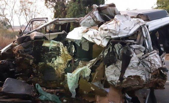 [Batida frontal entre caminhão e van deixa 12 mortos e um ferido em rodovia de Minas]