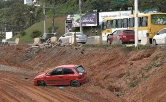 [Carro cai em 'vala' de obras do BRT na ACM]