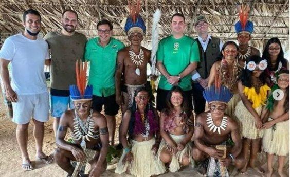 [Sem máscaras, irmãos Bolsonaro e membros do Governo Federal visitam aldeia indígena em Manaus]