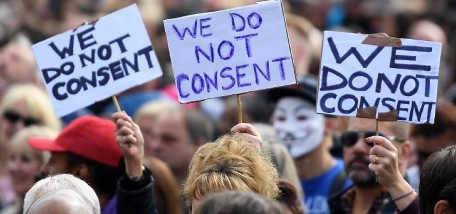[Sem máscaras, milhares se aglomeram no centro de Londres contra medidas anticoronavírus]