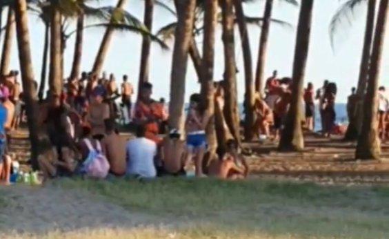 [Banhistas ignoram medidas sanitárias e se aglomeram em praia de Piatã]
