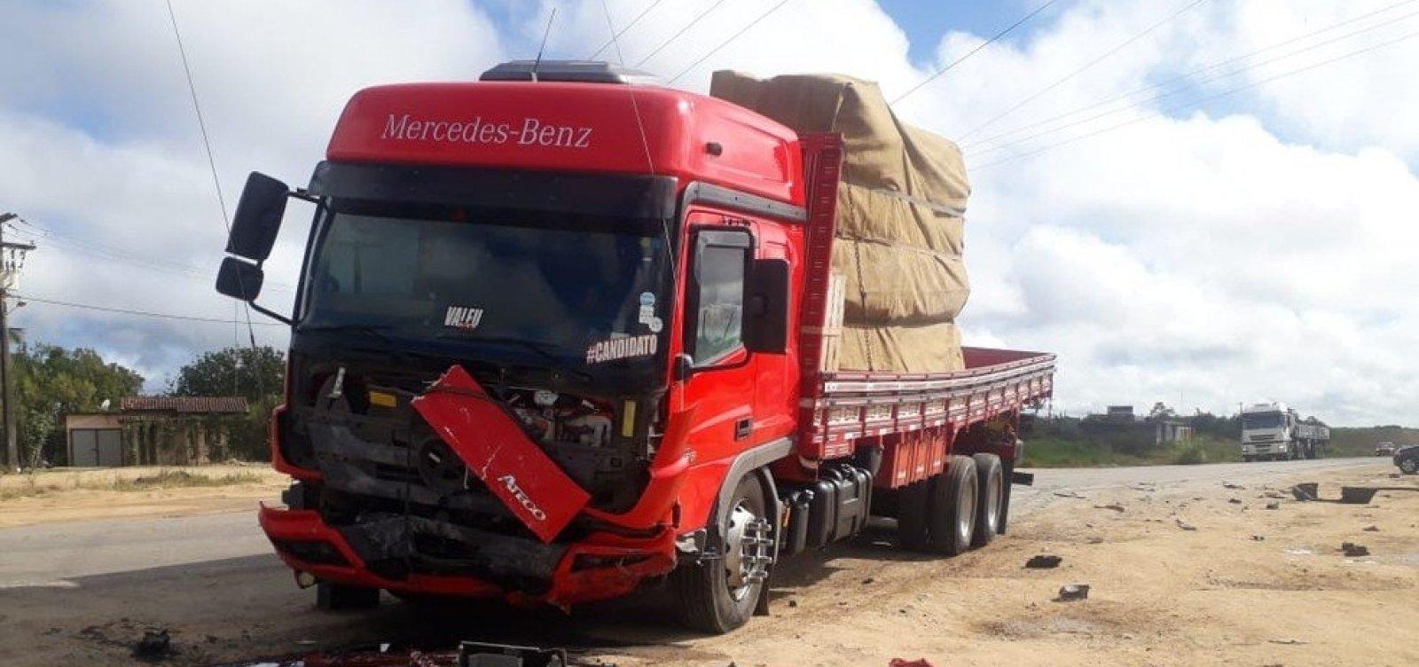 [Batida entre carro de passeio e caminhão deixa 4 mortos em rodovia na Bahia]