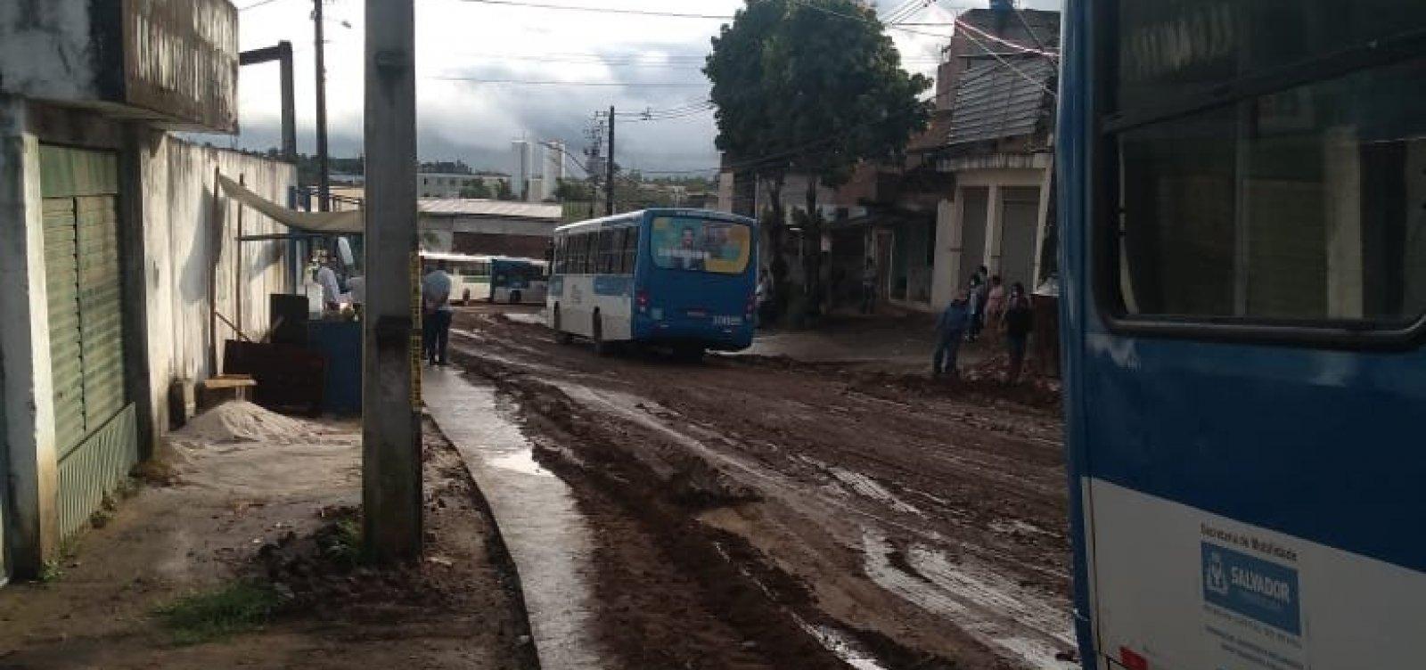 [Após chuva, carros ficam atolados na Estrada Velha do Aeroporto; veja vídeo]