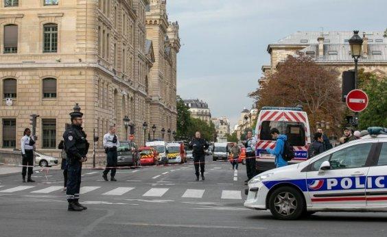 [Polícia francesa prende 9 suspeitos por morte de professor que mostrou caricatura de Maomé]