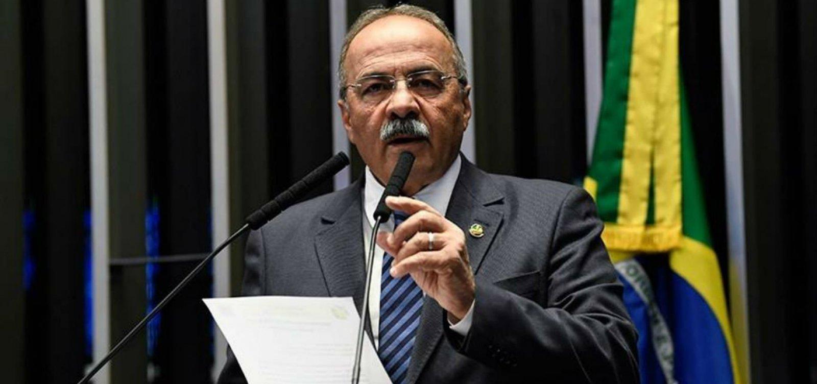 [Após ser flagrado com dinheiro na cueca, senador Chico Rodrigues decide pedir afastamento por 90 dias]