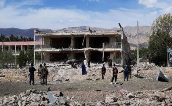 [Afeganistão: ataque aéreo atinge mesquita e deixa 12 mortos e 14 feridos ]
