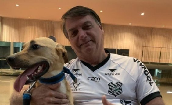 [Bolsonaro posta foto ao lado de cão e diz: 'Vacina obrigatória só no Faísca']