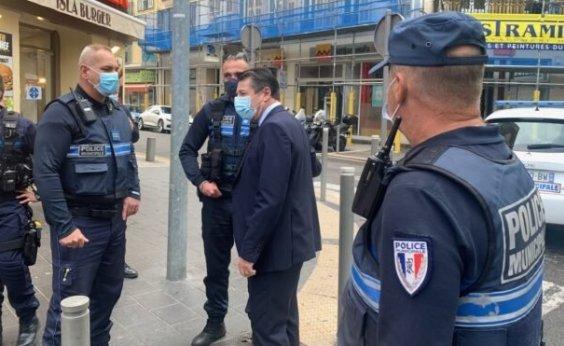 [Polícia francesa prende terceiro suspeito de ataque com faca em Nice ]