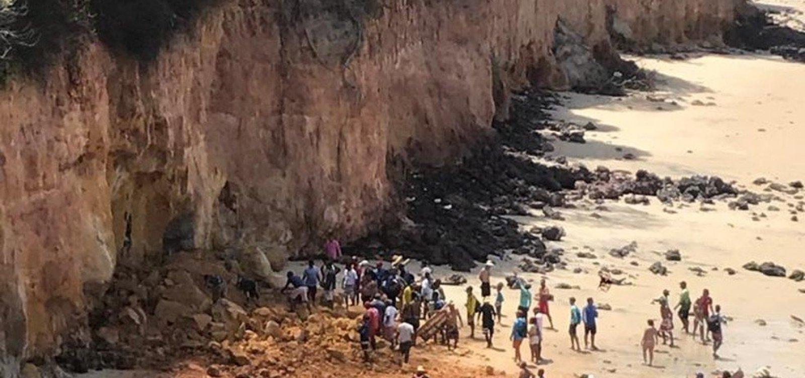 [Parte de falésia desaba na praia de Pipa, no RN, e mata três pessoas da mesma família]