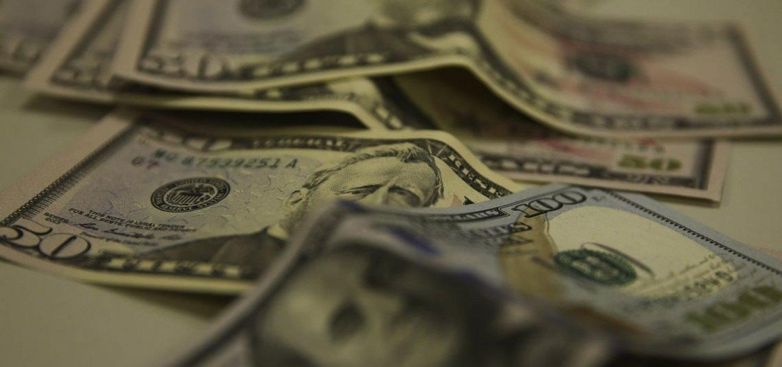 [Dólar fecha no menor valor em dois meses, negociado a R$ 5,33]